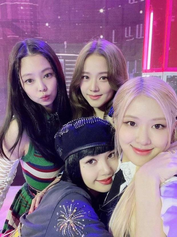 Giữa tin đồn phân biệt đối xử, netizen soi ra điểm khác biệt trên kênh YouTube của Lisa so với Jennie và Rosé - Ảnh 3.