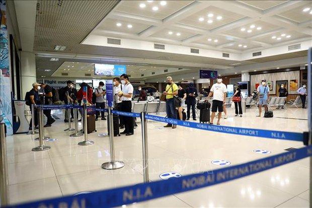 Hành khách và các hãng bay khốn khó trong ngày đầu mở lại đường hàng không - Ảnh 1.