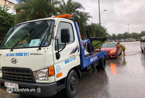 Ảnh: Mưa lớn kéo dài do ảnh hưởng của bão số 7, nhiều nơi ở Hà Nội ngập sâu, người dân chật vật di chuyển - Ảnh 6.