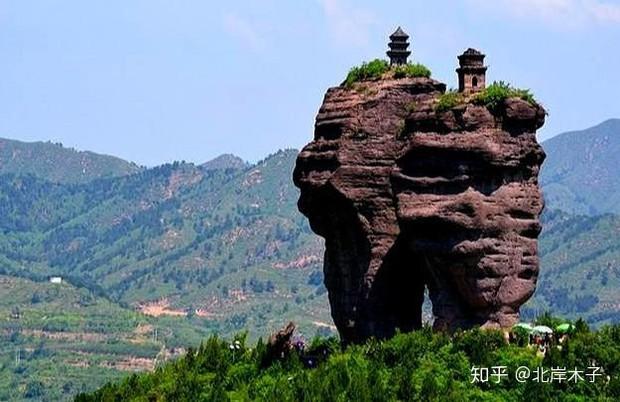 Tháp đôi trăm tuổi sừng sững trên cột đá 40m, du khách nào đến cũng cùng câu hỏi: Không đường lên thì xây kiểu gì? - Ảnh 1.