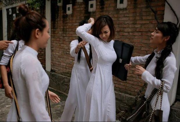 Nữ sinh bị đánh hội đồng, xé áo lộ cả ngực rồi quay clip: Đây chính là cảnh bạo lực học đường ám ảnh nhất phim Việt! - Ảnh 1.