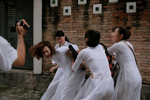 Nữ sinh bị đánh hội đồng, xé áo lộ cả ngực rồi quay clip: Đây chính là cảnh bạo lực học đường ám ảnh nhất phim Việt! - Ảnh 2.