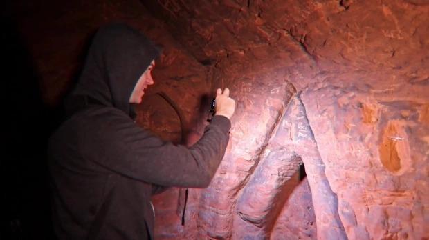 Phát hiện cái hố dưới gốc cây, thanh niên đánh liều xuống xem thử rồi choáng váng với cảnh tượng trước mắt, bí mật lịch sử suýt bị lãng quên - Ảnh 4.