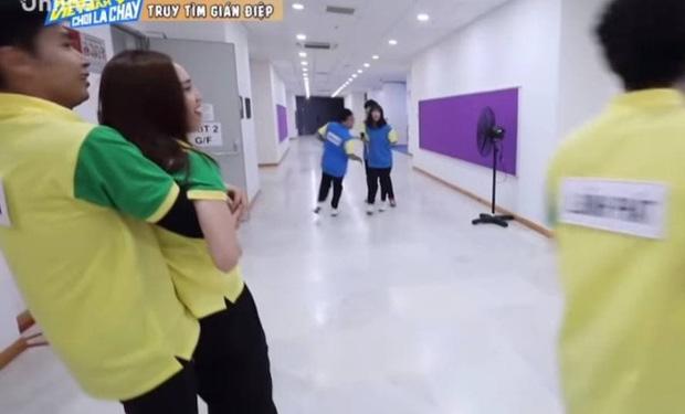 2 lần Jun Phạm vô tình có bàn tay hư với Lan Ngọc ở Running Man - Ảnh 4.
