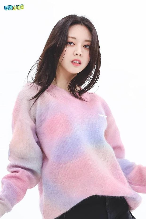 So kè ảnh pre-debut của visual ITZY và aespa: Yuna nhan sắc khó tìm ở phố đi bộ, Karina xinh có tiếng nhưng bị nghi dao kéo? - Ảnh 12.