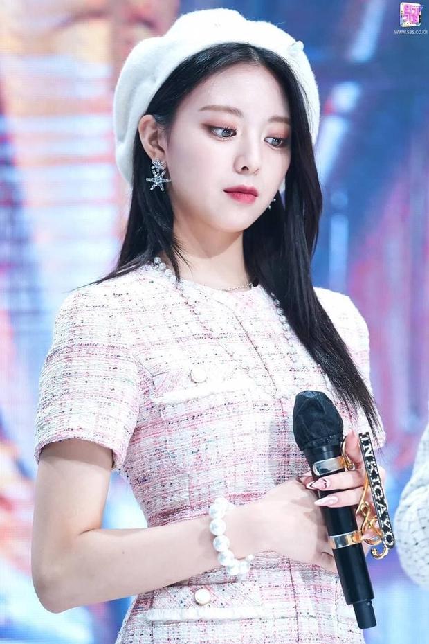 So kè ảnh pre-debut của visual ITZY và aespa: Yuna nhan sắc khó tìm ở phố đi bộ, Karina xinh có tiếng nhưng bị nghi dao kéo? - Ảnh 13.