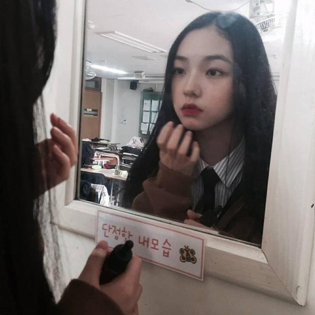 So kè ảnh pre-debut của visual ITZY và aespa: Yuna nhan sắc khó tìm ở phố đi bộ, Karina xinh có tiếng nhưng bị nghi dao kéo? - Ảnh 27.