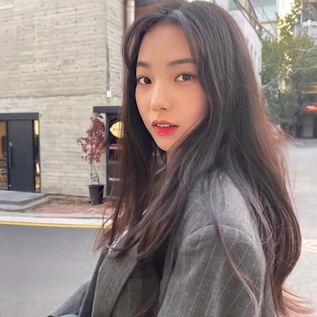 So kè ảnh pre-debut của visual ITZY và aespa: Yuna nhan sắc khó tìm ở phố đi bộ, Karina xinh có tiếng nhưng bị nghi dao kéo? - Ảnh 29.