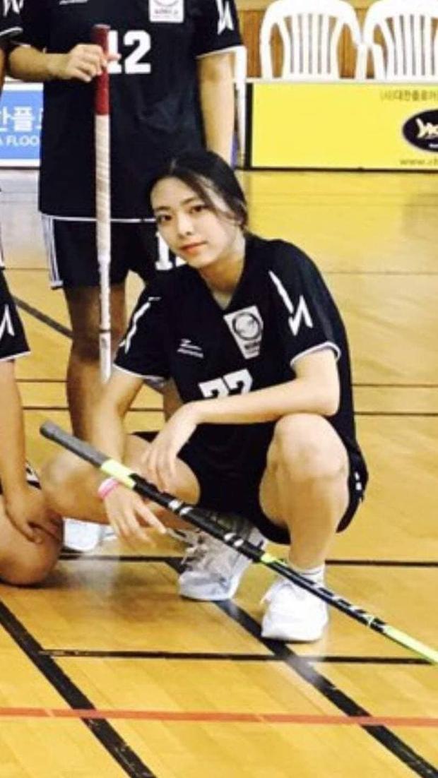 So kè ảnh pre-debut của visual ITZY và aespa: Yuna nhan sắc khó tìm ở phố đi bộ, Karina xinh có tiếng nhưng bị nghi dao kéo? - Ảnh 4.