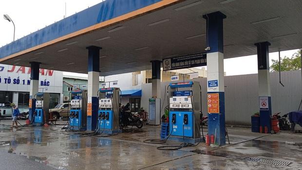 Hà Nội: Kiểm tra cây xăng bị khách hàng tố tự nhảy số dù nhân viên đã ngừng cò bơm xăng - Ảnh 1.