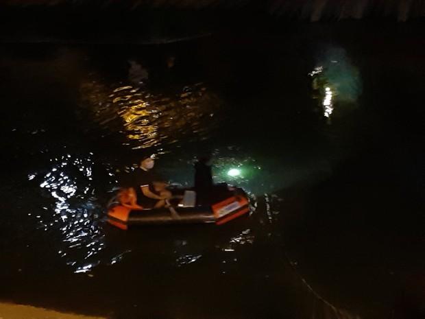 Hà Nội: Người phụ nữ nhảy cầu sông Tô Lịch tự tử, lực lượng tìm kiếm tung tích nhiều giờ liền - Ảnh 2.
