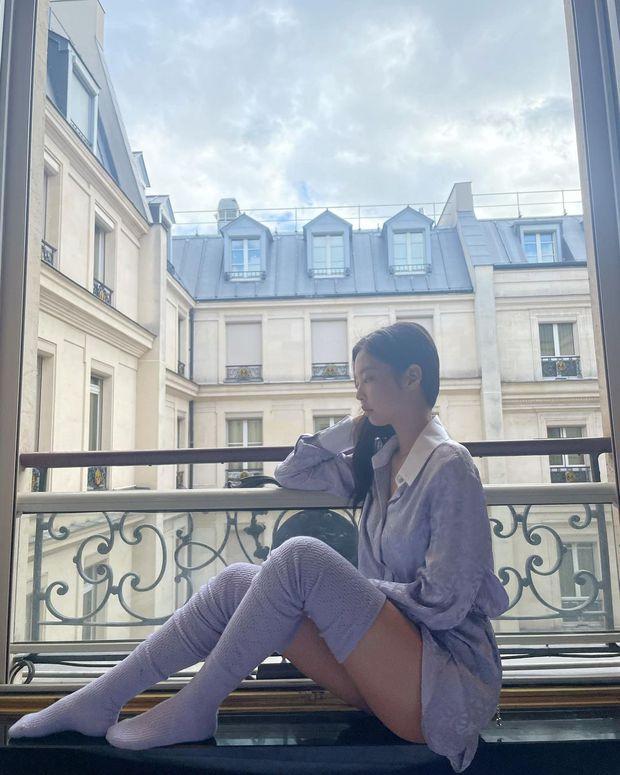 Có 1 Jennie cực cháy tại Paris: Vòng 1 căng tràn sau lớp áo mỏng, khoe chân góc hiểm như không mặc quần - Ảnh 4.