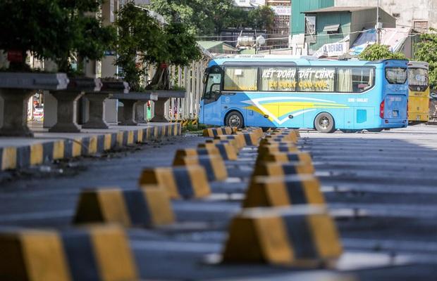 Hà Nội: Đề xuất xe buýt, taxi hoạt động trở lại từ ngày mai 13/10, vẫn dừng xe ôm - Ảnh 1.