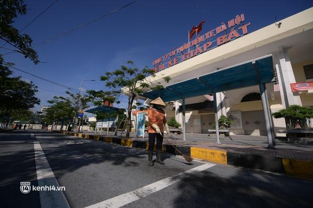 Hà Nội: Bến xe khách tất bật dọn dẹp, lên phương án chuẩn bị hoạt động trở lại - Ảnh 1.