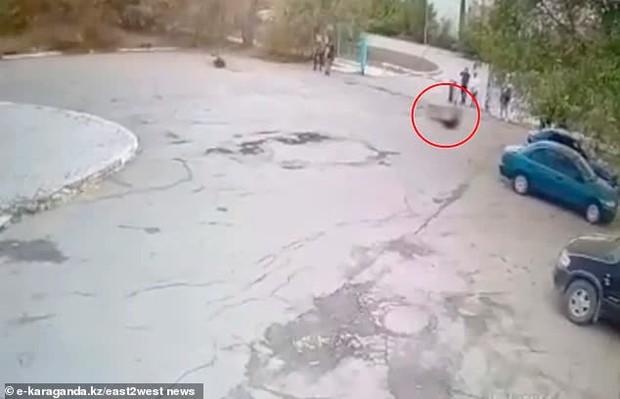 Video: Người phụ nữ nhảy bungee từ tầng thượng tòa nhà nhưng dây an toàn bị đứt, khoảnh khắc cuối cùng gây xót xa - Ảnh 3.