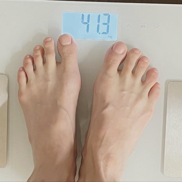 Màn giảm cân gây sốc Kbiz: Hyuna công khai chỉ nặng 41,3kg, chân tay gầy gò khẳng khiu làm fan lo lắng tột độ - Ảnh 2.
