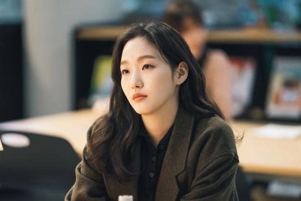 Kim Go Eun gây bão khi diện đồng phục trung học chuẩn nàng thơ, ngó tới visual ảnh thẻ càng đỉnh cao hơn - Ảnh 6.