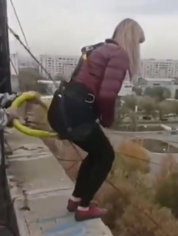 Video: Người phụ nữ nhảy bungee từ tầng thượng tòa nhà nhưng dây an toàn bị đứt, khoảnh khắc cuối cùng gây xót xa - Ảnh 2.