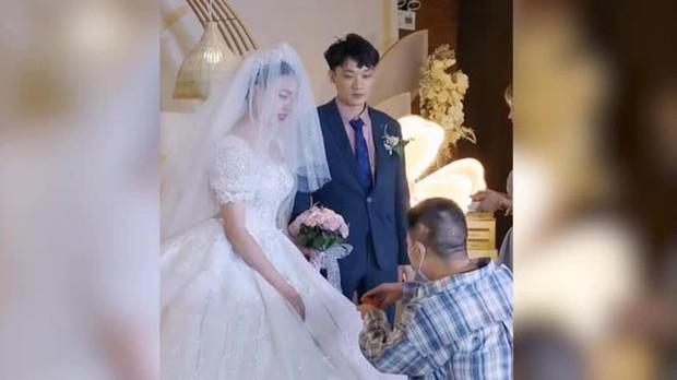 """Phù rể đột ngột quỳ xuống cầu hôn cô dâu trong đám cưới, toàn bộ quan khách ngây người thắc mắc """"kịch bản ngang trái gì đây?"""" - Ảnh 1."""