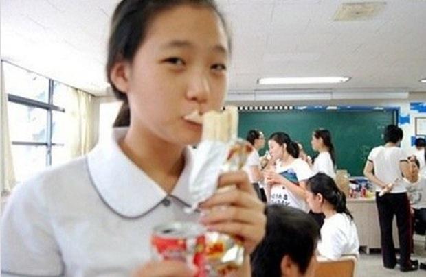Kim Go Eun gây bão khi diện đồng phục trung học chuẩn nàng thơ, ngó tới visual ảnh thẻ càng đỉnh cao hơn - Ảnh 4.
