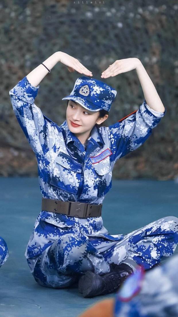 Dương Mịch từng bị 3 người đàn ông nhấn đầu xuống nước thô bạo trước hàng triệu khán giả truyền hình - Ảnh 1.