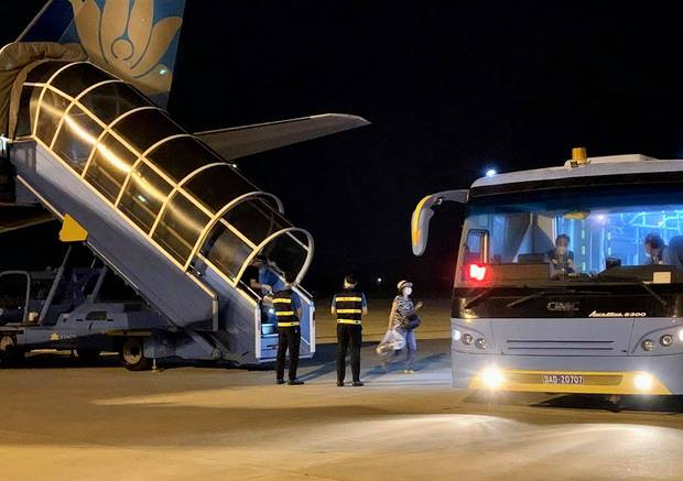 Chuyến bay thương mại đầu tiên của Vietnam Airlines từ TP.HCM đến Đà Nẵng sau khi mở lại đường bay - Ảnh 2.