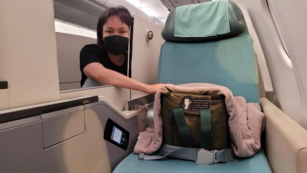2 câu nói đầy đớn đau của NS Việt Hương khi trao tro cốt cố ca sĩ Phi Nhung cho con gái ở sân bay - Ảnh 6.