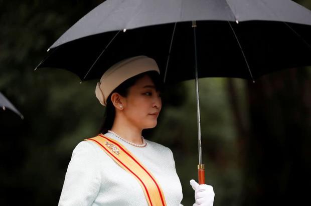 Công chúa Nhật khiến dân chúng buồn lòng vì cưới thường dân: Từng là viên ngọc quý được yêu mến giờ chỉ thấy gượng cười mỗi lần xuất hiện - Ảnh 9.