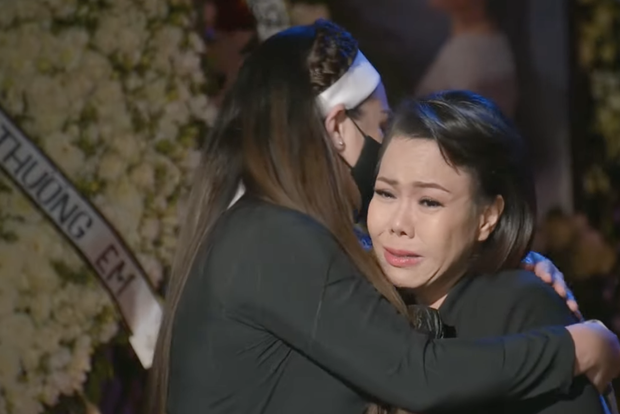 2 câu nói đầy đớn đau của NS Việt Hương khi trao tro cốt cố ca sĩ Phi Nhung cho con gái ở sân bay - Ảnh 5.