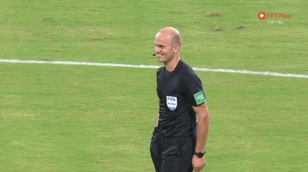 Trọng tài trận Việt Nam - Oman gây tranh cãi: Check VAR hết thanh xuân, cười nói hớn hở và đập tay với cầu thủ Oman - Ảnh 2.