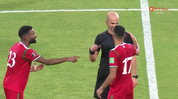 Trọng tài trận Việt Nam - Oman gây tranh cãi: Check VAR hết thanh xuân, cười nói hớn hở và đập tay với cầu thủ Oman - Ảnh 5.