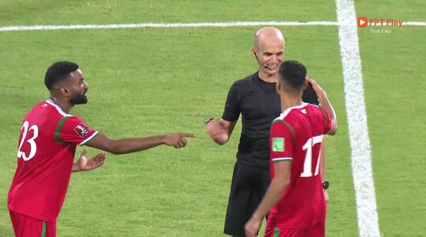 Trọng tài trận Việt Nam - Oman gây tranh cãi: Check VAR hết thanh xuân, cười nói hớn hở và đập tay với cầu thủ Oman - Ảnh 4.