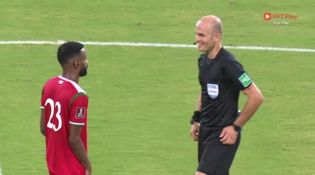 Trọng tài trận Việt Nam - Oman gây tranh cãi: Check VAR hết thanh xuân, cười nói hớn hở và đập tay với cầu thủ Oman - Ảnh 3.