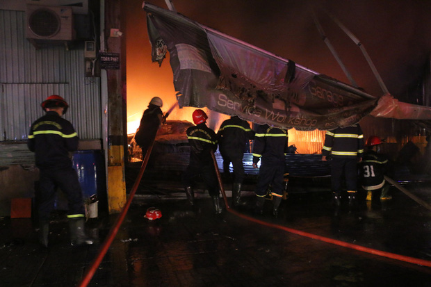 TP.HCM: Cháy lớn tại garage, nhiều ô tô và tài sản bị thiêu rụi  - Ảnh 1.