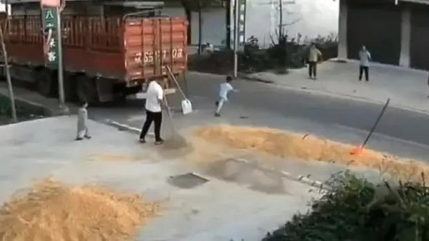 Mải chạy nhảy ngoài đường, cậu bé bị xe gặt lúa nuốt chửng ngay trước mặt bố mẹ - Ảnh 2.