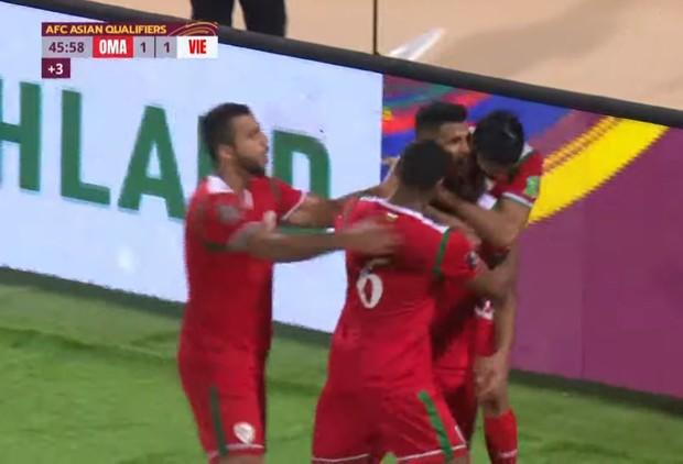 Độ Mixi bất ngờ bị cộng đồng réo tên chỉ vì một cầu thủ Oman, người liên tiếp truy cản Quang Hải, Công Phượng - Ảnh 4.