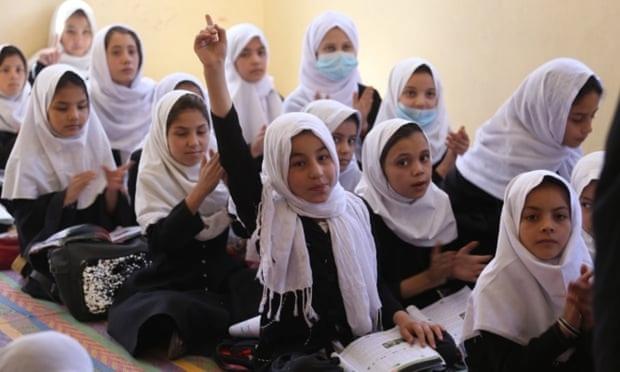 Taliban cho phép một số nữ sinh trung học đến trường - Ảnh 1.