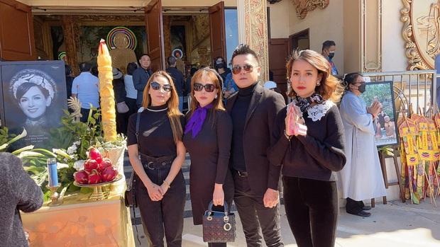 Hoàng Anh và bạn gái tin đồn xuất hiện tại tang lễ cố NS Phi Nhung, khoảnh khắc kề cận gây chú ý - Ảnh 2.