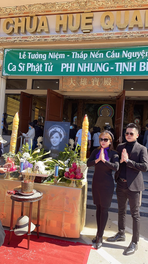 Hoàng Anh và bạn gái tin đồn xuất hiện tại tang lễ cố NS Phi Nhung, khoảnh khắc kề cận gây chú ý - Ảnh 4.