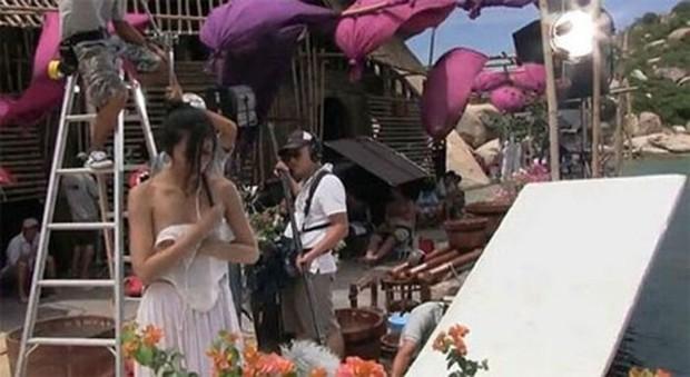 Muôn kiểu lộ hàng ở phim trường của diễn viên: Chi Pu hờ hững vòng 1, mỹ nam này còn lộ ảnh nude 100% - Ảnh 3.