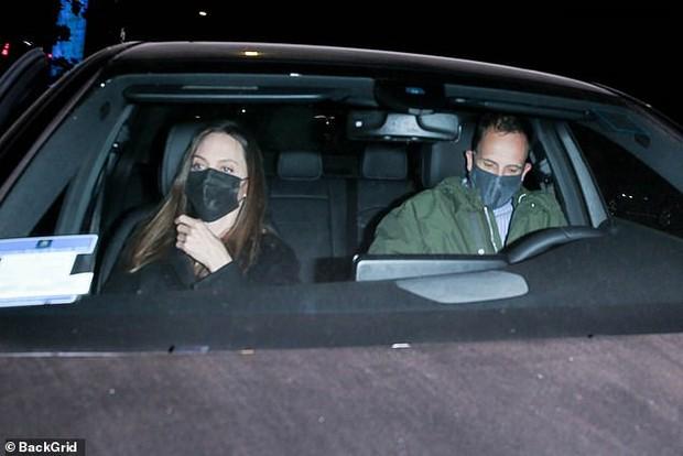 Angelina Jolie lại đi hẹn hò với chồng cũ, lộ ảnh trong xe làm dân tình rần rần: Liệu có tái hợp sau 20 năm? - Ảnh 3.