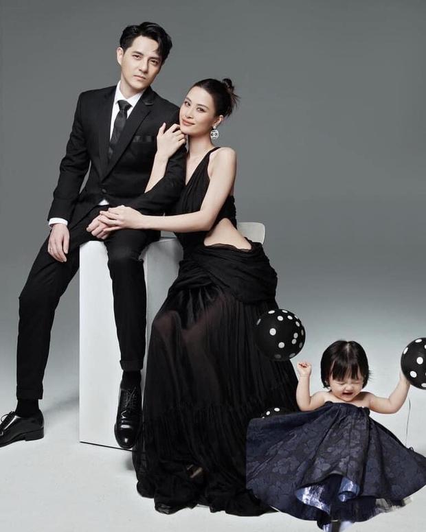 Netizen tranh cãi concept chụp hình gia đình Đông Nhi: Bố mẹ lên xiêm y sang chảnh nhưng con gái lại mặc độc mỗi chiếc tã lẻ loi - Ảnh 7.