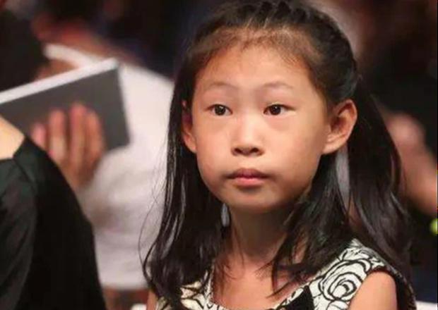 Bị miệt thị ngoại hình vì giống bố, bé gái nói 1 câu khiến phụ huynh xúc động, nhan sắc 7 năm sau gây bất ngờ - Ảnh 1.