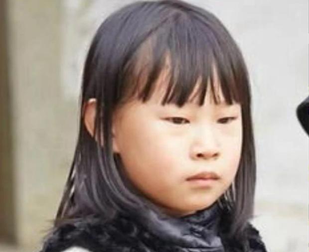 Bị miệt thị ngoại hình vì giống bố, bé gái nói 1 câu khiến phụ huynh xúc động, nhan sắc 7 năm sau gây bất ngờ - Ảnh 2.