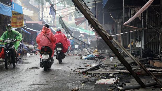 Tiểu thương khóc nghẹn khi Trung tâm thương mại Thủy Nguyên chìm trong biển lửa - Ảnh 5.