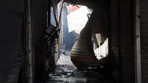 Tiểu thương khóc nghẹn khi Trung tâm thương mại Thủy Nguyên chìm trong biển lửa - Ảnh 7.