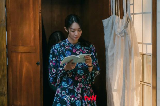 Thời trang nữ chính Hometown Cha-Cha-Cha bị netizen chê bai thảm họa: Vừa già vừa sến, dìm chị đẹp quá thể? - Ảnh 2.