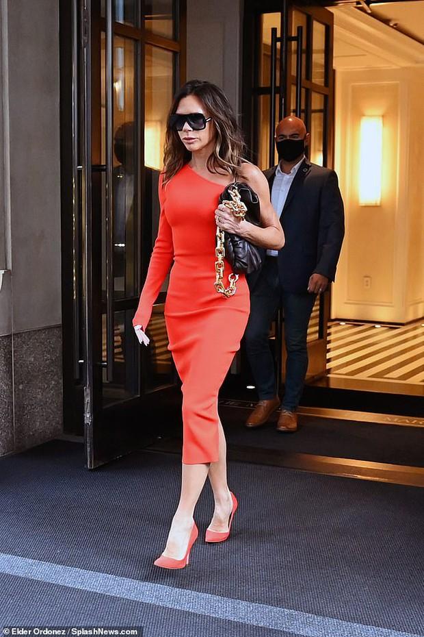 Victoria Beckham hôm qua: Style OK nhưng đôi môi bĩu với cả thế giới mới là đề tài chính! - Ảnh 1.