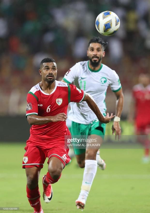 Độ Mixi bất ngờ bị cộng đồng réo tên chỉ vì một cầu thủ Oman, người liên tiếp truy cản Quang Hải, Công Phượng - Ảnh 2.