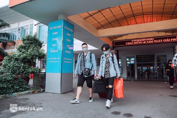 Chuyến tàu đầu tiên ở Sài Gòn chạy lại sau dịch, người dân phấn khởi khi được trở về nhà: Đường về còn xa nhưng đặt chân được lên tàu là vui lắm rồi! - Ảnh 11.